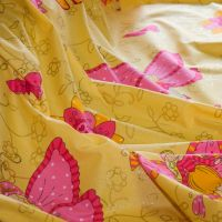 Sárga csillogó pillangós anyag